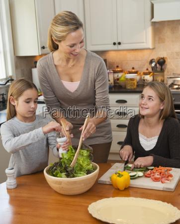 mutter und toechter machen salat