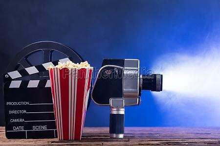 filmkamera mit popcorn und clapper board