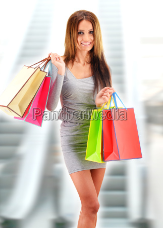 junge frau mit taschen im einkaufszentrum