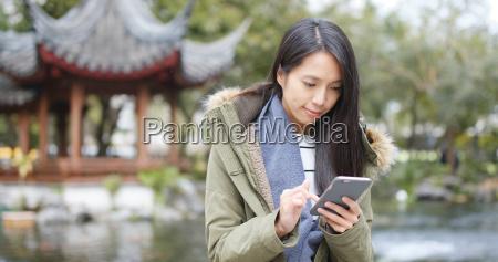 junge frau die handy verwendet sms