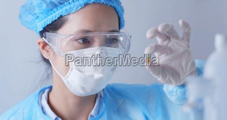 frauen wissenschaftler der im labor arbeitet