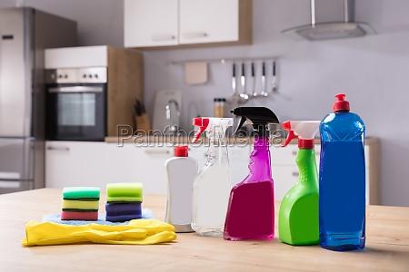 nahaufnahme von reinigungs ausruestungen