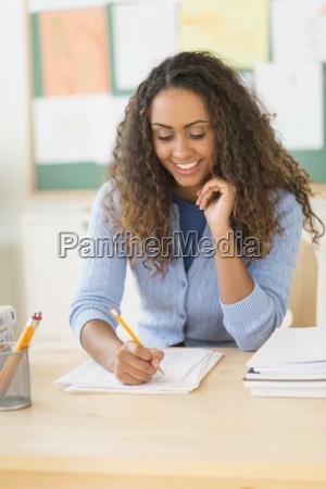 frau schreiben schreibend schreibt lehrer schreibtisch