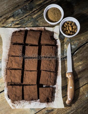hausgemachte brownies auf pergamentpapier