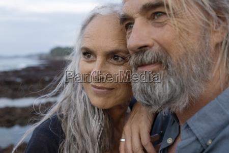 portraet eines huebschen seniorenpaares am meer