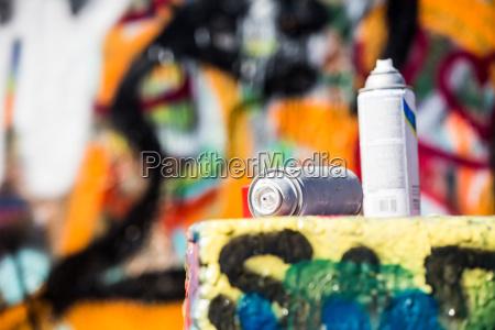 zwei verworfene spray dosen vor graffiti