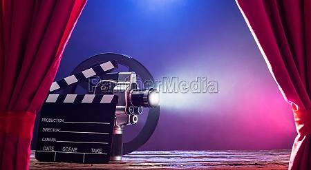 filmkamera mit clapperboard und filmrolle on