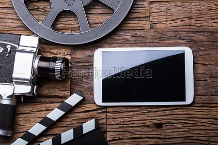erhoehte ansicht von smartphone mit filmkamera