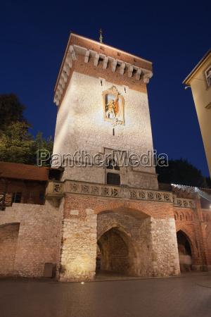 florianska tor bei nacht in krakau