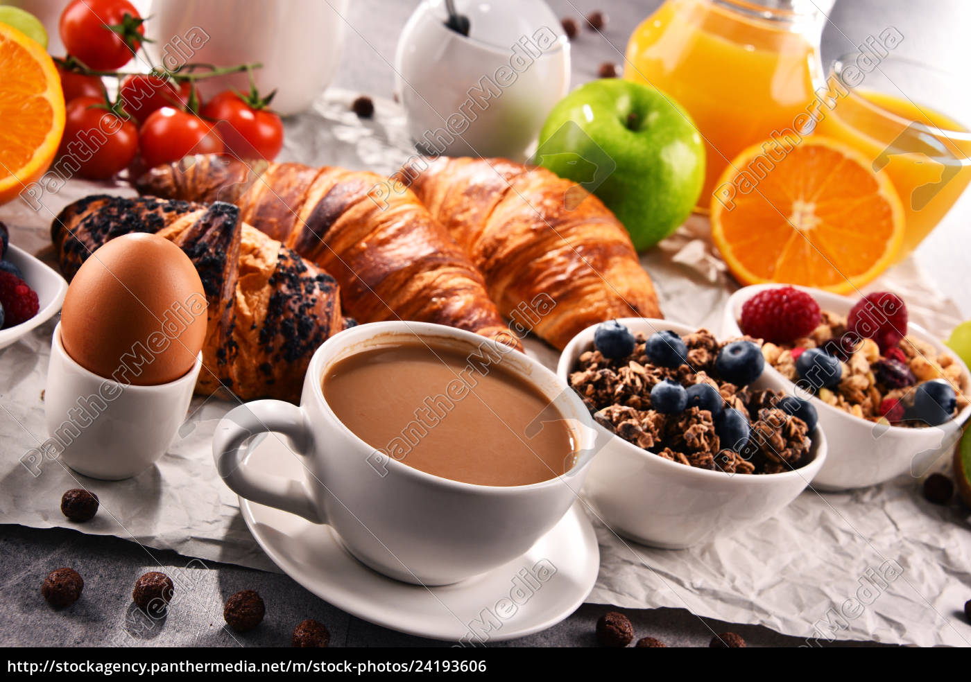 frühstück, serviert, mit, kaffee, saft, croissants, und, obst - 24193606