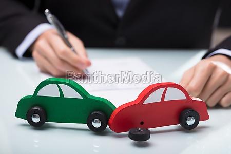 nahaufnahme des roten und gruenen autos