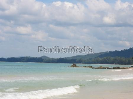 schoener sandstrand bei khao lak thailand