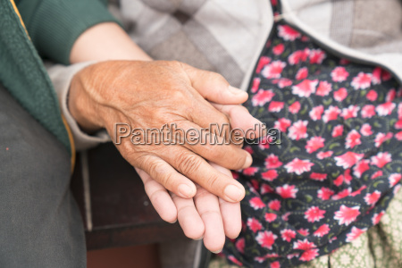 seniorin mit ihrem betreuer zu hause