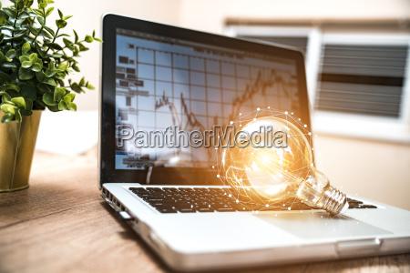 gluehbirne auf dem tastatur laptop neue