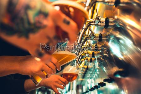 glas bier mit fass flasche und