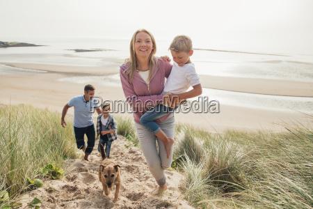 familie die herauf eine sandduene geht