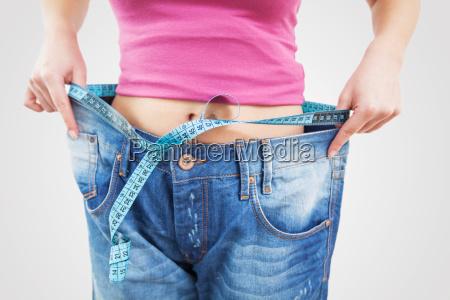 schlanke fit frau in jeans