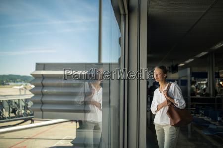 junger weiblicher passagier am flughafen der