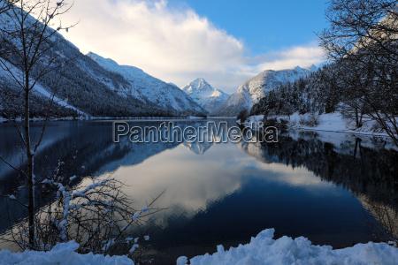 winterzauber am plansee mit dem berg