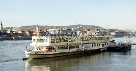 touristisches boot in der donau in
