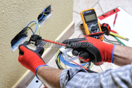elektrotechniker bei der arbeit mit sicherheitseinrichtungen