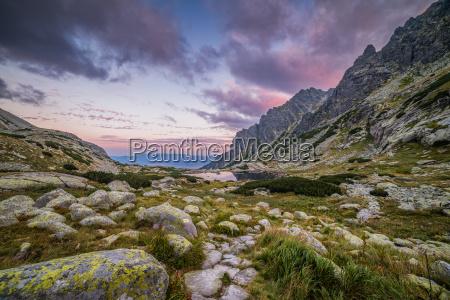 berglandschaft mit einem tarn und felsen