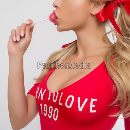 niedliche blonde maedchen in rot essen