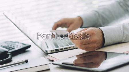 geschaeftsmann macht online banking