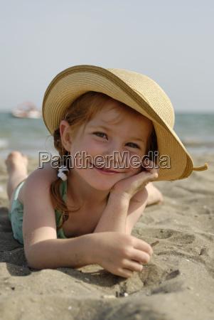 madchen im sommerurlaub am strand