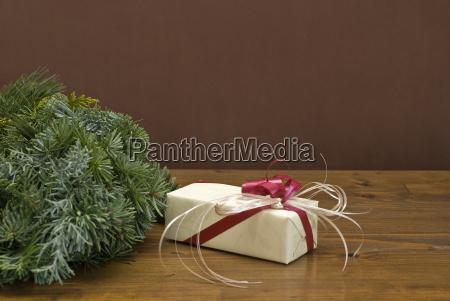 geschenk neben einem adventskranz