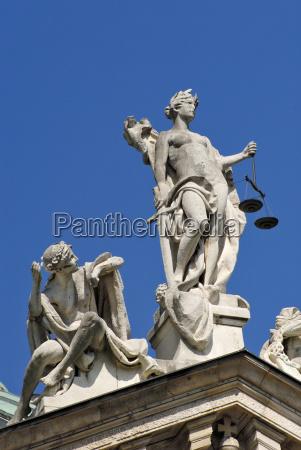 justizia mit unschuld auf dem justizpalast