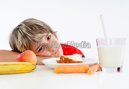 schuljunge beim gesunden fruhstuck gesunde