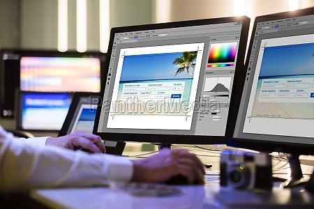 designer arbeiten auf mehreren computerbildschirmen