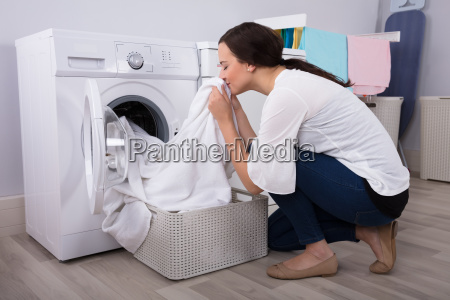 frau die tuch nach dem waschen