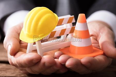 nahaufnahme der barrikade mit verkehrskegel und