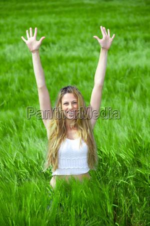 glueckliches maedchen auf sommerwiese