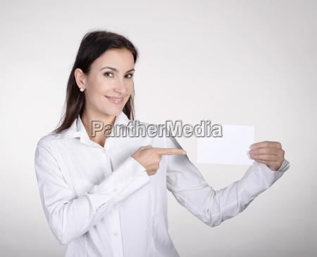 geschaeftsfrau zeigt visitenkarte
