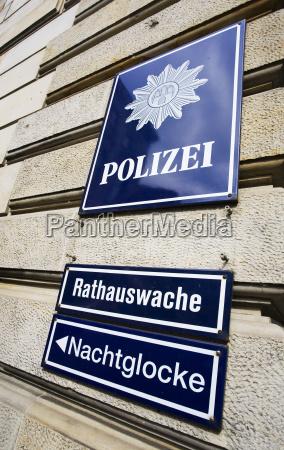 rathauswache der hamburger polizei mit hinweis