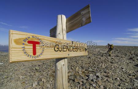 wegmarkierung eines wanderweges zur berghutte gjendesheim