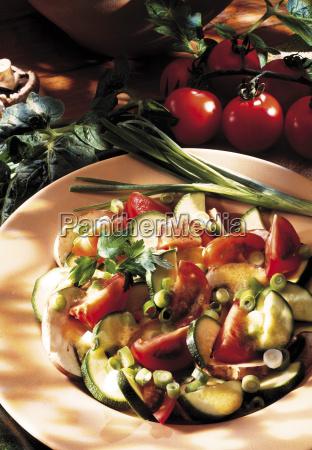 gemischter salat mit zucchini tomaten
