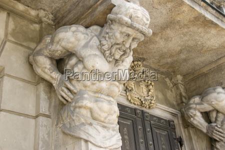 steinfigur balkontrager warschau