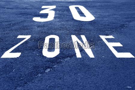 tempo 30 markierung auf einer fahrbahn