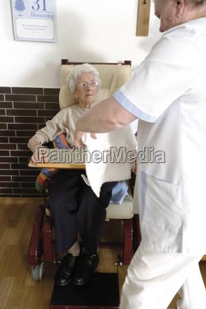 im altenheim pflegeheim seniorin