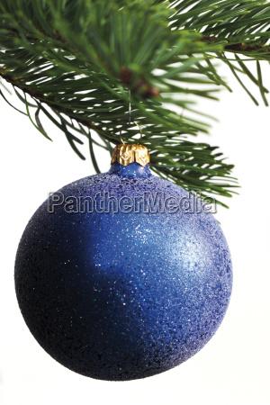 blaue weihnachtskugel an tannenbaumzweig