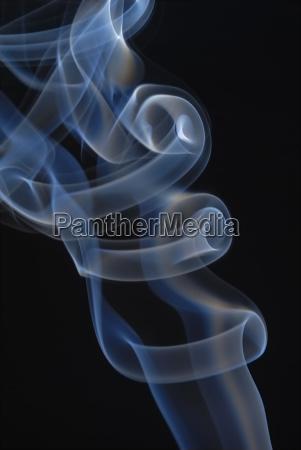 rauch eines raucherstabchens im gegenlicht vor