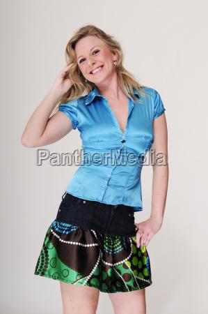 junge blonde frau mit blauer