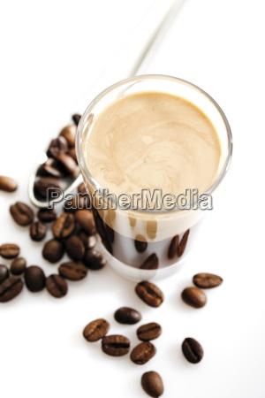 glas mit irish cream coffee und