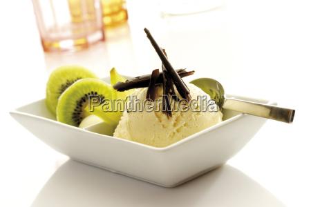 schalchen mit vanilleeis schokospanen