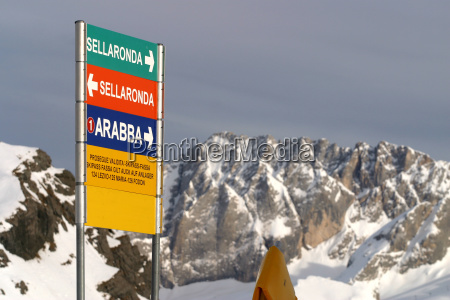 pistenschild im skigebiet canazei sellaronda