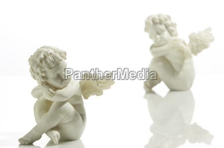 sitzende engelfiguren